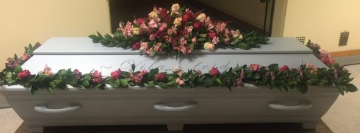 Dekoration med matchande girlang i rosa och lila toner