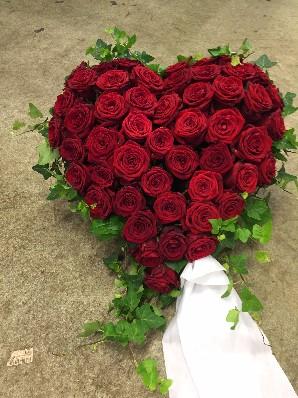 Fyllt hjärta med röda rosor och murgröna