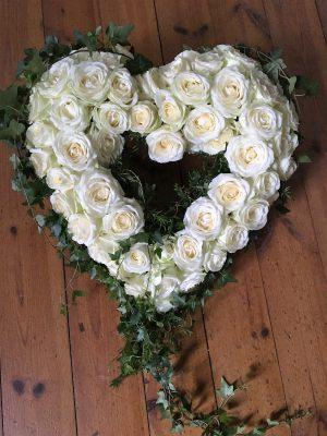 Öppet hjärta med vita rosor och murgröna