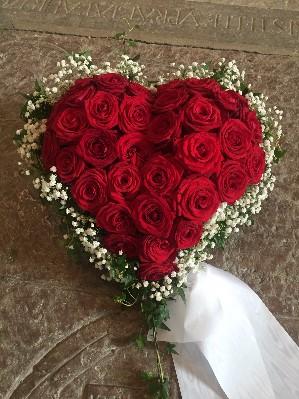 Fyllt hjärta med röda rosor, brudslöja och murgröna