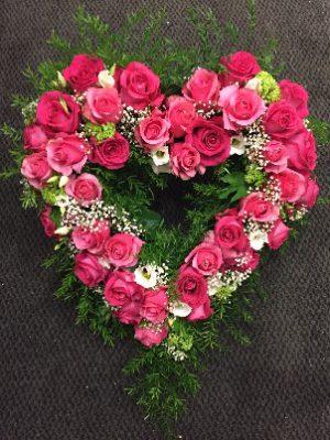 Öppet hjärta med rosa rosor och vit prärieklocka
