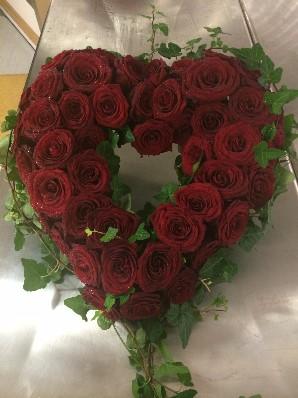 Öppet hjärta med rosa rosor och murgröna