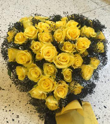 Fyllt hjärta med gula rosor och svart brudslöja