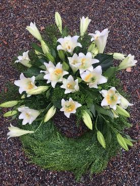 Krans med vita liljor