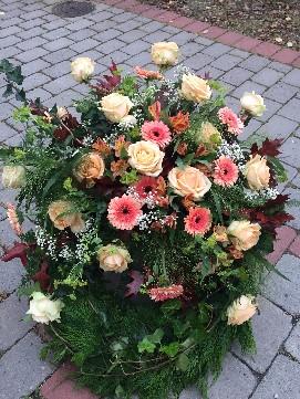 Krans med årstidens blommor och färger