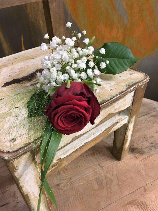 Röd ros med brudslöja och fontängräs