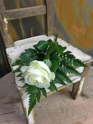 Vit ros med läderblad