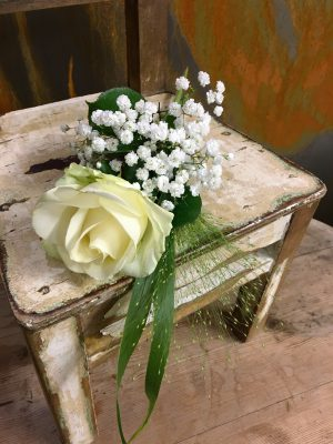 Vit ros med brudslöja och fontängräs